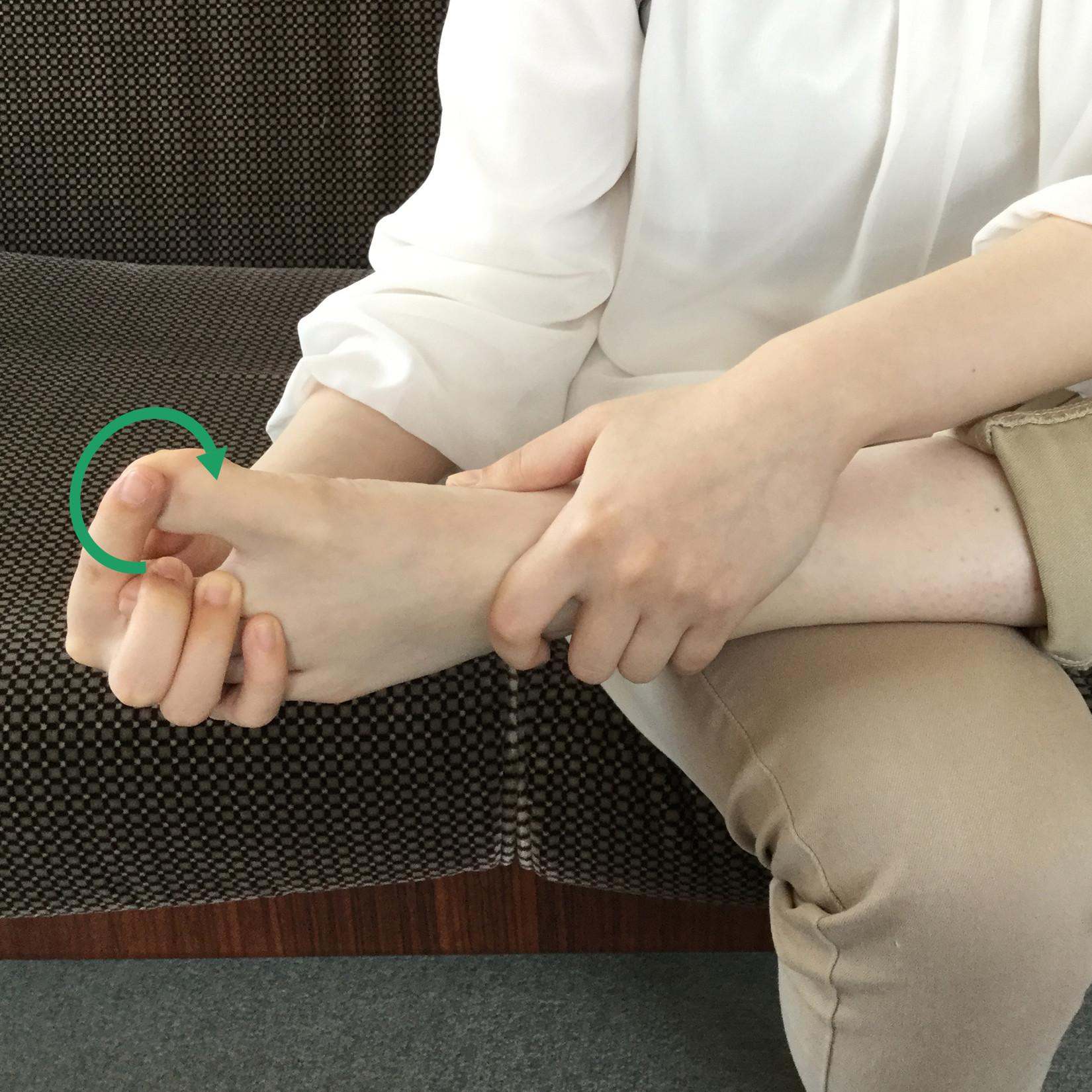 の 付け根 痛い 裏 親指 足 の
